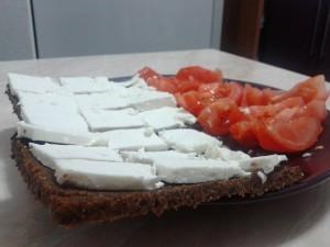paine cu roşii şi brânză
